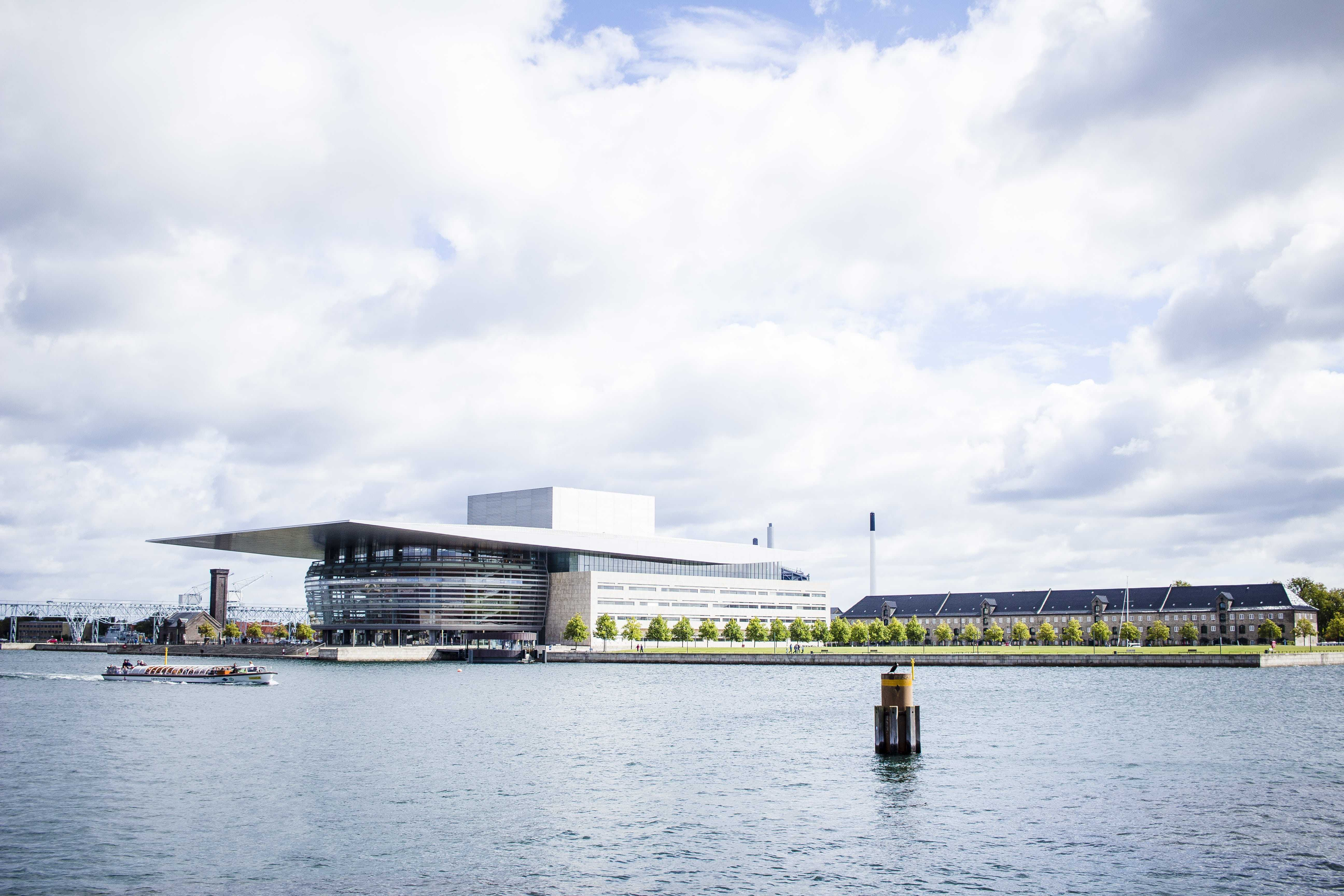 K této budově se váže také docela vtipná historie. Nechal ji totiž postavit pan Maersk, aby ji posléze věnoval městu. Dobrý skutek nebyl jen tak dobrým skutkem, protože hodnotu budovy si následně odepsal z daní.