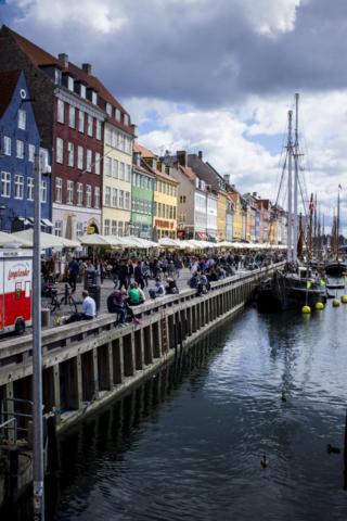 Nyhavn je nejznámější část města, kde se potkáte s nejvíce turisty. Parkují tu staré lodě, ale i turistické vyhlídkové kocábky.