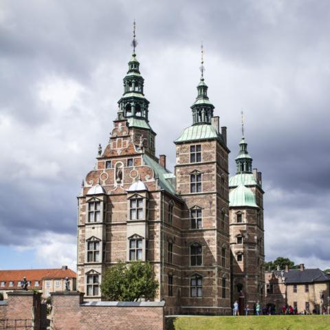 Malý hrad v příjemném parku ukrývá korunovační klenoty včetně trůnu. Dříve za dob válečných konfliktů fungoval jako občasné útočiště královské rodiny.